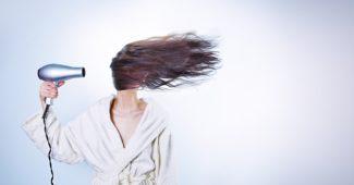 femme qui se sèche les cheveux