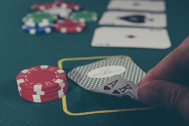 personne en train de jouer au poker