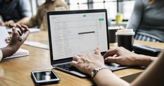 femme sur un ordinateur qui ouvre des mails rémunérés