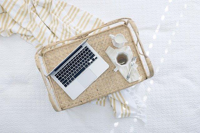 ordinateur connecté à internet sur une table basse