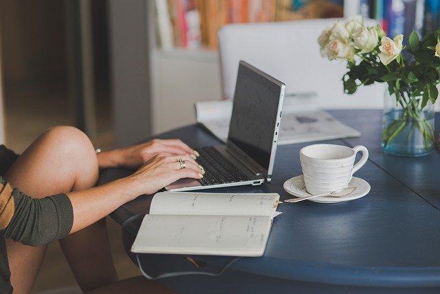 personne en train de rédiger des articles sur son ordinateur